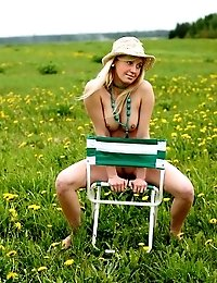Amateur Blonde Lady Showing Us Her Incredible Curvy Body Posing In A Field
